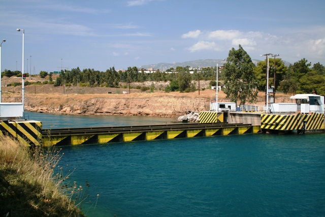 Corinth Canal - Now it's clear - up she comes!
