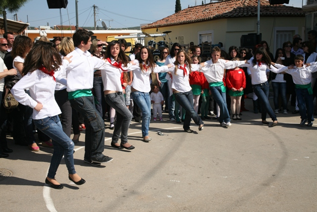 Didyma 'Tulips' festival - Children dance in the plateia